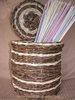 из газетных трубочек плетем корзинку